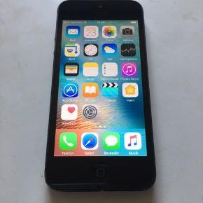 iPhone 5, 64 GB. Sælger denne velfungerende iPhone 5 med 64 GB plads, bagsiden ser slidt ud men har fået lavet det øverste for 200 kr. Der medfølger sort bagcover, kasse og opladekabel, perfekt til barnet og den kan ses og hentes i Kolding