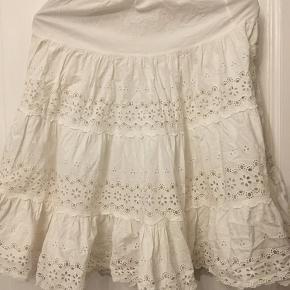 skørt / nederdel broderi anglaise hvid bomuld med elastik i taljen str. small. Længde 61cm. 75kr Kan hentes Kbh V eller sendes for 38kr DAO
