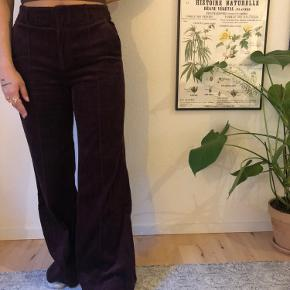 Sælger disse bukser fra & Other stories. De er brugt et par gange, men dette kan ikke ses.  Sælges da de er for store, men kan sagtens spændes ind med et bælte  Er normalt mellem en 34-36
