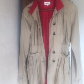 Flot jakke fra costbart i beige/rød - der står xxl i jakken - men den er købt i en netbutik for teens, så jeg mener den svarer til 15/16 år😊