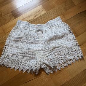 Fine hvide shorts - desværre blevet lidt misfarvet i inderforet grundet sved (se billede), derfor den lave pris 🌸