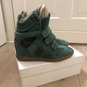 Sælger disse mega fede grønne Isabel Marant sneakers, de er i en str 40 og vil sige at de fitter en 39! De er næsten som nye og er derfor i top stand. Kom gerne med bud!!