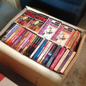 4 store kasser + en mindre kasse gamle bøger. Den ældste bog er fra 1927. Meget blandet, lige fra gamle børnebøger og ungdomsbøger til krimier. Bøgerne bærer præg af tidens tand. Alle 5 kasser for 100 kr Sender ikke. Skal hentes i Ikast.