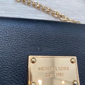 Sælger min fine taske fra Michael Kors da drømmetasken er kommet til salg ;-) Prisen er sat efter at der er kommet et lille mærk (se foto) men det er ikke noget der overhovedet ses ved brug.  Tasken måler ca 18 x 12 cm.   Prisen er ekskl porto.