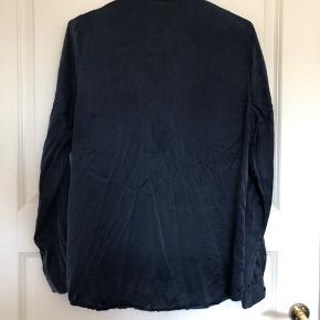 Som ny, aldrig brugt - hænger bare i skabet  Silkeskjorte  Sender gerne