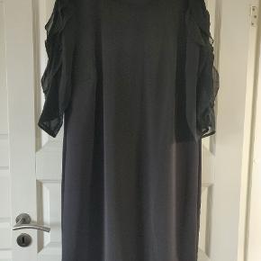 Super flot kjole med lækker effekt ved ærmerne. Har forsøgt at tage et billede af det. Købt maj 2019  Kun brugt to gange. STR xxl