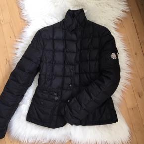 Overvejer at sælge min fine moncler jakke. Det er en gammel model. Men fineste stand! Str 2. Svarer til small