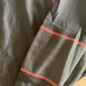 Flot skiundertøj med lyserøde detaljer fra helly Hansen