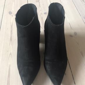 Sorte støvler med spids og hæl. Brugte, med bruges mærker, men rigtig fine.