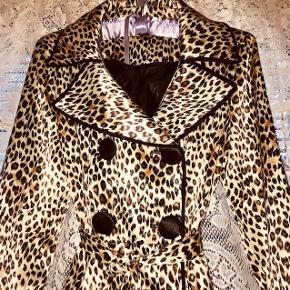 Super smuk trenchcoat i leopardmønstret satin. Perfekt som forårs eller sommerjakke. Str. Small passer også X-small Byd! ✨ 😊  Tags: leopard skinnende shiny mønster mønstret sommer jakke frakke 34 36 xs xsmall dyreprint leopardprint