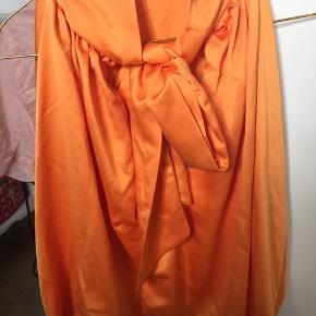Kort top ned elastik Bindebånd i nakken Virkelig flot orange farve - fejlkøb og aldrig brugt