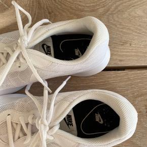 Hvid sportssko fra Nike, brugt meget få gange og fremstår derfor som næsten nye☀️ Nike er lidt små i størrelsen og passes derfor af en størrelse 38 - 38,5.