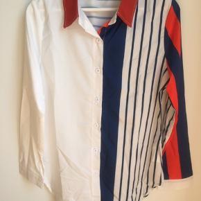 Funky let skjorte med strib og kontraster. Stoffet er en my shiny og 65 polyester/35 bomuld. Løstsiddende på small/medium som jeg er. Helt ny, dog er mærket taget ud. Ny pris 399kr