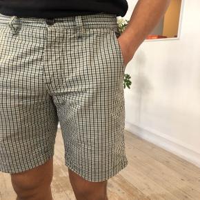 Shorts i ternet mørk blå, turkis , oliven og hvid. Har en hul bagtil. Str. 48, men er blevet syet ind så de passer en str. 46.   #30dayssellout