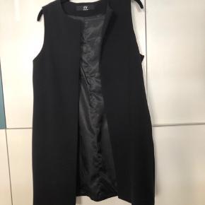 Smuk blazer vest med længde, som man kan bruge til alt i sit tøjskab.  Den er købt i Birger Christensen for et par år siden, den er foret indvendigt og har lommer  Nypris 1799,-   Passet af en 36-38 / small-medium.  Respekter venligst at jeg ikke bytter og køber betaler porto samt gebyr ved tspay.