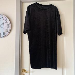 Sort velour kjole. Brugt meget få gange. Der står ikke størrelse i, men jeg er ret sikker på, at det er en medium 😊