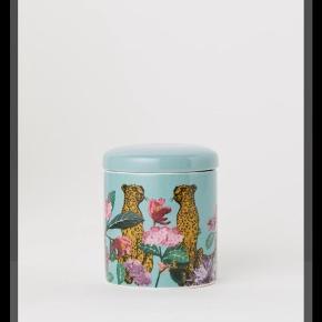 Helt ny cylinderformet krukke i porcelæn med trykt mønster og tilhørende låg. Diameter ca. 8 cm, højde (inklusive låg) 9 cm.  Se også min anden annonce med sæbedispenser i samme serie.