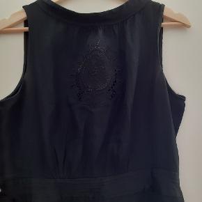 Fin kort sort kjole fra Paul & Joe Sister. Svarer til en alm 38. Vasket i hånden og i pæn, brugt stand.