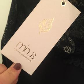 Ubrugt top/bluse fra Minus med fin blonde.