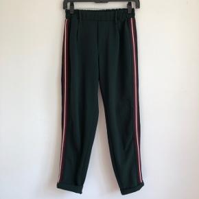 🍀 Fede bukser med striber langs siden 🍀 Virkelig behagelige med elastik i toppen 🍀 De er brugt nogle gange, men fremstår stadig pænt uden nogen flaws