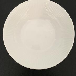 Royal Copenhagen skål, hvid riflet 24 cm. Mp 150 kr.