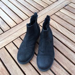 Super fede chelsea boots i sort skind , nubuck.. ikke brugt meget, da de hurtigt blev for små til min datter !  Høj kvalitet , nypris ca 800.  Købt hos Pretz i Silkeborg