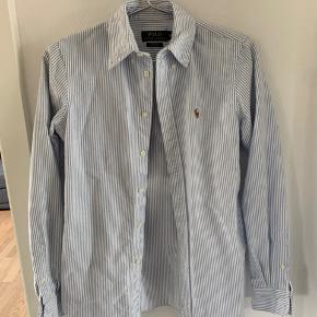 Lysblå Ralph skjorte. Custom fit. Brugt få gange. Prisen er eks Porto.