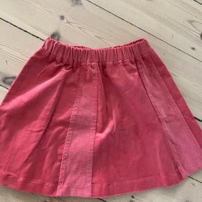 Super fin nederdel i fløjl str hedder 5 - vil mene det passer med 8/11 år