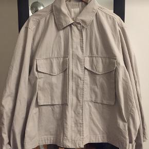Oversized jakke fra H&M. 100 % bomuld. I perfekt stand.