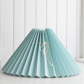 Super fine håndfoldede og håndfarvet plisseret lampeskærme lavet i Danmark. 🌸   Diameter er 18 cm og passer godt lidt en lampe omkring 23cm høj.   Har du ikke selv stativ til skærmen på din lampe kan det tilkøbes for 79,-   Sender gerne 💌