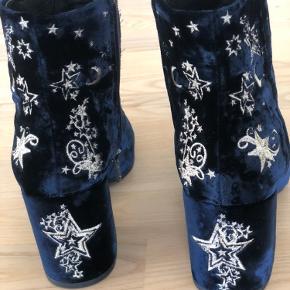 Utrolig smukke støvler med sølv stjerner på. Brugt få gange og har ikke andre brugsspor end under sålen hvor man kan se at de er gået i. Skriv for mere info