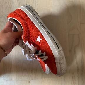 Sælger mine fine converse sko i ruskind.  De er ikke brugt særlig meget, og træner bare lige til en våd klud på sålen.