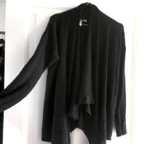Flot sweater/cardigan fra H&M i str S, men kan sagtens bruges af en str. M. Flotte draperings detaljer som ses på billederne 😊 Helt fin stand.