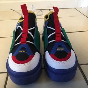 SPLINTERNYE, super fede sneaks fra Flyhype i str. 40 (længde: 25 cm.). Indkøbspris: 625 kr. Oprindelig pris: 1250 kr.  Skoene er aldrig blevet brugt, da jeg har bestilt i forkert størrelse, hvorfor de fremstår komplet nye :)