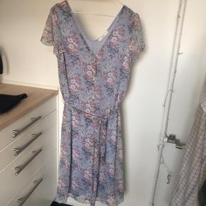 Fineste blomstrede kjole med knapper foran oh bindebånd💗💗💗