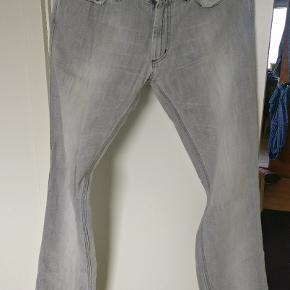 Acne jeans model Max Clay str. 31/34.  Modellen er blevet bevidst vasket og udsat for præparering for at opnå dets udtryk. Er i fin condition.