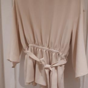 Flotteste trøje med bindebånd og lynlås i side. Bare så flot!