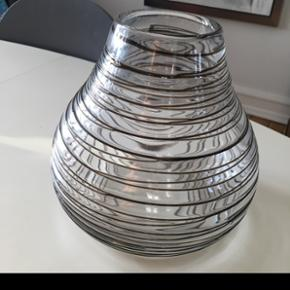 Smuk robust glas vase sælges. Måler 20 cm i bunden og 20 høj. Fra ilva