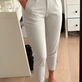 Råhvide buisness bukser fra mærket YAS (købt i Kings and Queens).  Har elastik i livet.  Brugt et par gange, men er i fin stand