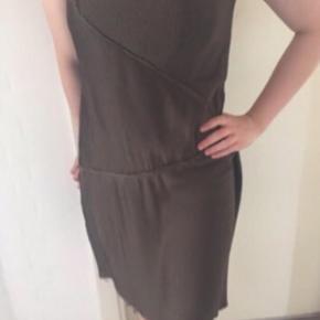 🙌🏼 Den fedeste, rå kjole fra Acne i flot armygrøn farve 🙌🏼  Assymmetrisk snit, rå kanter og lynlås i siden. Tyndt og fint stof som ligner silke, er dog fint polyester. Ingen stropper, sidder flot til barm. Justerbart corsage under, som man ikke ser. Underkjole i kjolen, da det yderste lag er lettere transparent. Stoffet sidder flot på forskellige måder - der er en form for plissé. Str. 38, men vil sige, at den vil passe en S-M (da corsaget under kan justeres i størrelsen). Jeg er selv 170, og den går mig til lige over knæene. Farven er som på billederne.  Nypris 2200,- den er nogle sæsoner gammel, men kun brugt én gang. Super fin og speciel. Pris 290 afhentet i Ikast eller plus porto.   OBS: de rå kanter forneden er gået lidt op. Jeg synes slet ikke, det er noget, der ses i brug. Dog kan den godt lægges. 3-4 cm op og lave ny enkelt syning forneden. Dette er hvorfor, den er sat til god men brugt. Ellers er den fuldstændig som ny. Også derfor den gode pris!   Det er muligt at se eller prøve den i Ikast, og den bør nærmest ses på. Så cool!   Helt ideel til bryllup, galla eller anden fest, den er så smuk!
