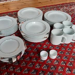Fajance, Blåkant, Royal Copenhagen Tallerkner, krus og æggebærer i stellet Blå Kant fra Kongelig Porcelæn - design Grethe Meyer 1965.  Alt er helt og fremstår rigtig pænt. Arvestykker. Sælges samlet for billige penge.  5 x krus #3097 (ø 7,7 cm / h 8,6 cm) 2 x æggebære #3050 (ø 4,4 cm / h 3,5 cm) = 1.500kr  ø 16,6 cm - 7 x Kagetallerken #3066 ø 20,8 cm - 8 x Middagstallerken #3068 ø 20,8 cm - 7 x Dyb tallerken #3072 ø 23,7 cm - 8 x Stor tallerken #3069 ø 25 cm - 6 x Ekstra stor tallerken #3070 = 1.500kr  Afhentes på Nørrebro i København.