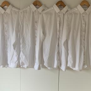 5 styk rigtig flotte Eton skjorter. Deres klassiske skjorte i super lækker twill kvalitet der bare holder, er ikke vasket mange gange og fremstår rigtig flot.   Ingen skjorte er strygefri, men man kommer ikke tættere på her, den holder sig flot dagen igennem uden krøller. 4 af dem er med cutaway krav, og den 5. er med extreme cutaway, rigtig god til slips.  Modellen er super slim fit, som sidder helt perfekt på en slank str. 40, eller en der kan lide den mere tight.   Får dem desværre ikke brugt nok, sælges til 450,- stykket, eller vi kan lave en god pris på alle 5. Jeg har også 3 styk til salg i blå