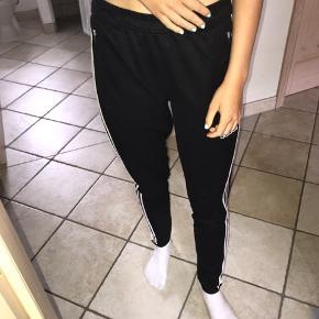 Sælger disse bukser fra Adidas 🌸 De passes af en S🌸