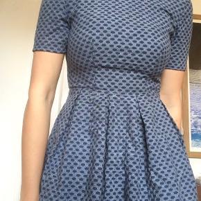 Sød figursyet kjole i lækkert tykt stof med lynlås i ryggen