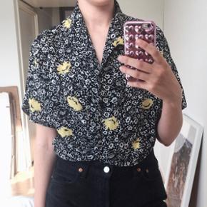 Vintage blomstret kortærmet skjorte i gul, sort og hvid.  Str. M  Bytter ikke
