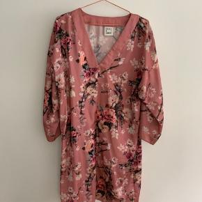 Flot silke agtig kjole  Har et par løbere i stoffet ind imellem ses dog ikke tydeligt pga det blomstrede mønster.
