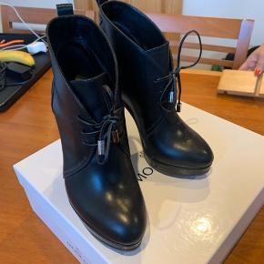 Rigtig flotte Moncler støvler. De er kun brugt 1 gang, da de er for høje til mig.   Æske og dustbag medfølger