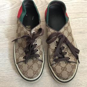 Cool Gucci sneakers i brun tekstil og skind med logo. Skoene har en rød og grøn blød bagkappe, så du kan bruge dem som slippers. Brugt få gange.