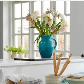 Skøn kande i stentøj fra Le Creuset.  Højde ca 14,5 cm  Kanden har en afrundet hældetud og et godt håndtag, hvilket gør den velegnet til servering af en lang række drikkevarer fx vand og saft.  Det slidstærke og solide stentøj gør kanden uigennemtrængelig for smag, fugt, lugt og farve fra drikkevarer. Stentøjskanden tåler opvaskemaskine.