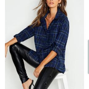 Lækker skjorte i flotte blå nuancer. Str 38. Købt på boohoo.com, men desværre for stor, og jeg vidste ikke, at det er dyrt at returnere dertil. Ny med prismærke.